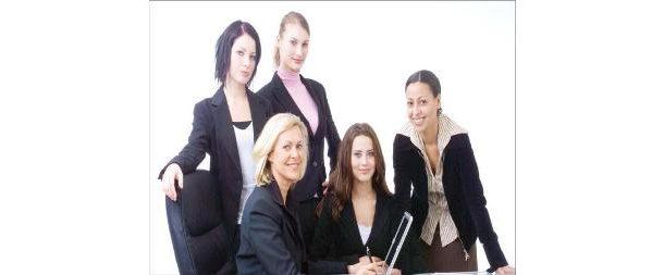 ثلث النساء في سن العمل يشاركن في القوة العاملة