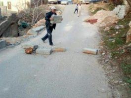مواطن يغلق الطريق في كفرنجة خوفا على منزله